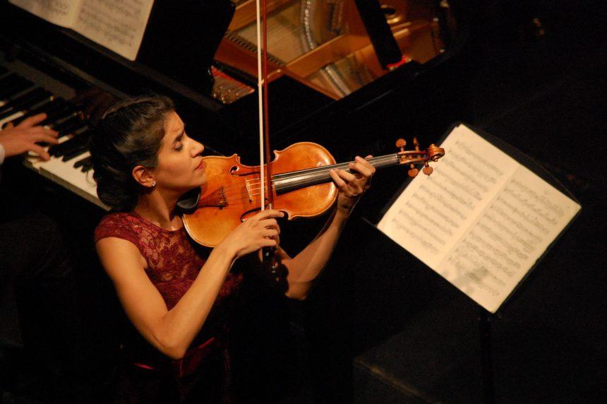 Música romántica de Ana María Valderrama y Víctor del Valle para vestir de elegancia el Patio de Armas del Alcázar